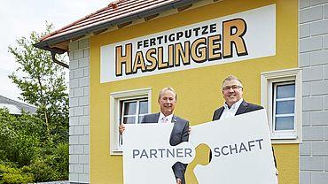 Die Finanzpartnerschaft von Dr. Johann Steiner, Direktor der VKB-Bank Ried, (l.) und Georg Haslinger (r.) ist so qualitativ und nachhaltig wie die Arbeit von Fertigputze Haslinger.